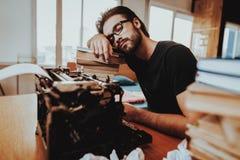 Tekstschrijver Fell Asleep op Bureau dichtbij Schrijfmachine royalty-vrije stock foto