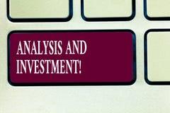 Tekstteken die Analyse en Investering tonen Het conceptuele foto In dienst nemen aan een moderne het Toetsenbordsleutel van zoekm stock afbeelding