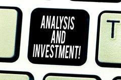 Tekstteken die Analyse en Investering tonen Het conceptuele foto In dienst nemen aan een moderne het Toetsenbordsleutel van zoekm stock fotografie