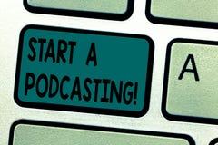 Tekstteken die Begin een Podcasting tonen Conceptuele fotovoorbereiding en verspreiding van audiobestanden die RSS-Toetsenbord ge royalty-vrije stock fotografie