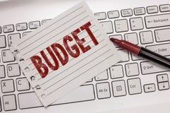 Tekstteken die Begroting tonen Conceptuele foto bepaalde raming van inkomen en uitgaven voor vastgestelde periode royalty-vrije stock foto's