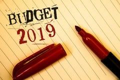 Tekstteken die Begroting 2019 tonen De conceptuele raming van het foto's Nieuwe jaar van inkomens en uitgaven de Financiële gecre stock foto's