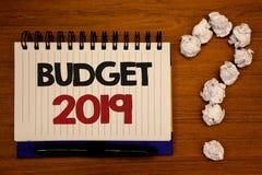 Tekstteken die Begroting 2019 tonen De conceptuele raming van het foto's Nieuwe jaar van inkomens en uitgaven Financiële PlanIdea stock fotografie