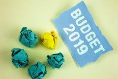 Tekstteken die Begroting 2019 tonen De conceptuele raming van het foto's Nieuwe jaar van inkomens en uitgaven Financieel Plan stock foto's