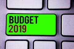 Tekstteken die Begroting 2019 tonen De conceptuele raming van het foto's Nieuwe jaar van inkomens en uitgaven Financieel Plan stock foto