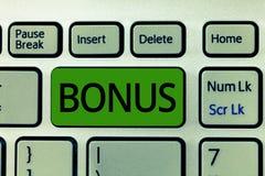 Tekstteken die Bonus tonen De conceptuele fotobeloning voor goed prestaties Extra dividend en geld voegde aan lonen toe stock foto