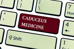 Tekstteken die Caduceus Geneeskunde tonen Conceptueel die fotosymbool in geneeskunde in plaats van de Staaf van Asclepius wordt g royalty-vrije stock afbeeldingen