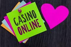 Tekstteken die Casino online tonen De conceptuele van het de Pookspel van de fotocomputer Gok Koninklijk Romantisch Bet Lotto Hig royalty-vrije stock afbeeldingen