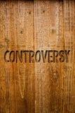 Tekstteken die Controverse tonen Conceptueel fotomeningsverschil of Argument over iets belangrijk voor houten de berichten van me royalty-vrije stock foto