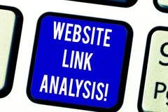 Tekstteken die de Analyse van de Websiteverbinding tonen De conceptuele foto evalueert het verband tussen het Toetsenbordsleutel  stock foto's