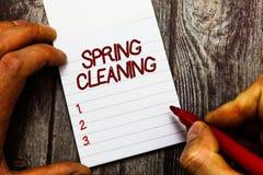 Tekstteken die de Lente het Schoonmaken tonen Conceptuele fotopraktijk van grondig het schoonmaken van huis in de lente stock foto's