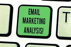 Tekstteken die E-mail Marketing Analyse tonen Conceptuele foto die het verzenden van berichten naar de sleutel van het klantentoe royalty-vrije stock afbeelding