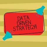 Tekstteken die Gegevens Gedreven Strategie tonen Conceptuele die fotobesluiten op gegevensanalyse en interpretatie Twee worden ge royalty-vrije illustratie