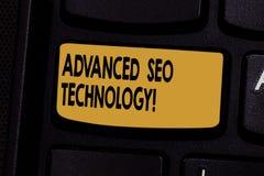 Tekstteken die Gevorderd Seo Technology tonen Conceptuele die fotostrategie wordt gebruikt om consumenten aan de sleutel van het  stock afbeeldingen
