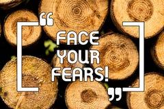 Tekstteken die Gezicht Uw Vrees tonen De conceptuele foto heeft de moed om bezorgdheid te overwinnen is moedige onverschrokken Ho royalty-vrije illustratie