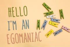 Tekstteken die Hello tonen ben ik een Egomaniac De conceptuele Gele basis van het foto Egoïstische Egocentrische Narcissist zelf- stock afbeeldingen