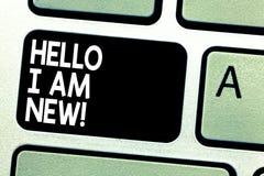Tekstteken die Hello tonen ben ik Nieuw Conceptuele foto die introduceren aan het onbekende tonen newbie in het teamtoetsenbord stock fotografie