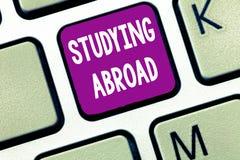 Tekstteken die in het buitenland het Bestuderen tonen De conceptuele foto leert buiten huis in het buitenlandse Reizen van het la stock afbeeldingen