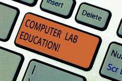 Tekstteken die het Onderwijs van het Computerlaboratorium tonen Conceptuele die fotozaal of ruimte met computersgebruik wordt uit stock afbeelding