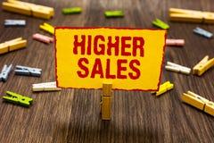 Tekstteken die Hogere Verkoop tonen De conceptuele foto heeft de gemiddelde verkochte producten en de diensten van een bedrijf Wa stock afbeeldingen
