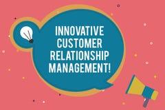 Tekstteken die Innovatief Customer relationship management tonen Het conceptuele positief van de fotocliënt koppelt Lege Ronde te royalty-vrije illustratie