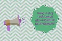 Tekstteken die Innovatief Customer relationship management tonen Het conceptuele positief van de fotocliënt koppelt Megafoon met  royalty-vrije illustratie