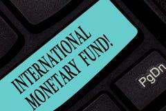 Tekstteken die Internationaal Monetair Fonds tonen De conceptuele foto bevordert de internationale financiële sleutel van het sta stock fotografie