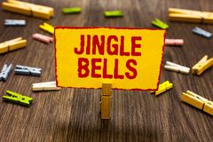 Tekstteken die Jingle Bells tonen De conceptuele holding van de het lied over de hele wereld Wasknijper van foto beroemdste tradi royalty-vrije stock foto