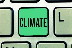 Tekstteken die Klimaat tonen Conceptuele fotoweersomstandigheden op gebied over lange periodentemperatuur stock fotografie