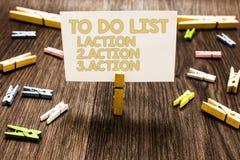 Tekstteken die Lijst 1 tonen te doen Actie 2 Actie 3 actie Conceptuele foto die dagprioriteiten in ordewasknijper zetten royalty-vrije stock foto's