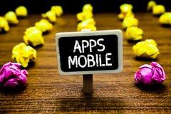 Tekstteken die Mobiele Apps tonen Conceptueel die fotocomputerprogramma wordt opgesteld om op telefoonhand te lopen - het gehoude stock fotografie