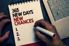 Tekstteken die 365 Nieuwe Dagen Nieuwe Kansen tonen Conceptuele foto de Beginnende Kansen van een andere jaarkalender Geschreven  royalty-vrije stock foto's