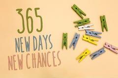 Tekstteken die 365 Nieuwe Dagen Nieuwe Kansen tonen Conceptuele foto die een andere de Kansen Gele basis van de jaarkalender met  stock foto