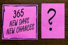 Tekstteken die 365 Nieuwe Dagen Nieuwe Kansen tonen Conceptuele foto die een andere gevoerde zwarte beginnen van de de Kansen Vio stock fotografie