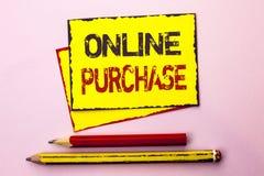 Tekstteken die Online Aankoop tonen De conceptuele foto koopt dingen op het net gaat winkelend die zonder huis op Gele Stok wordt royalty-vrije stock foto