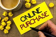 Tekstteken die Online Aankoop tonen De conceptuele foto koopt dingen op het net gaat winkelend die zonder huis op Kleverige Nota  royalty-vrije stock foto's