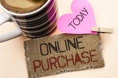 Tekstteken die Online Aankoop tonen De conceptuele foto koopt dingen op het net gaat winkelend die zonder huis op Scheur Cardboa  stock foto's