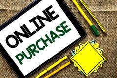 Tekstteken die Online Aankoop tonen De conceptuele foto koopt dingen op het net gaat winkelend die zonder huis op Tablet op Th wo royalty-vrije stock fotografie
