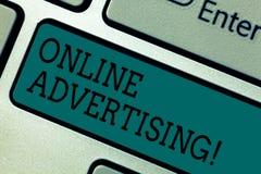 Tekstteken die online Reclame tonen Conceptuele de campagnesadvertenties elektronisch op de markt brengend SEO Reaching Keyboard  royalty-vrije stock afbeelding