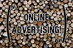 Tekstteken die online Reclame tonen Conceptuele de campagnesadvertenties van de fotowebsite elektronische marketing SEO Reaching  stock afbeelding