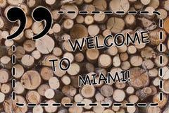 Tekstteken die Onthaal tonen aan Miami Conceptuele foto die aan van de de stadszomer van Florida zonnige Houten het strandvakanti royalty-vrije stock foto's