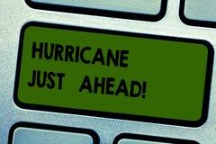 Tekstteken die Orkaan enkel vooruit tonen De conceptuele foto hevige tropische cycloon komt naderbij om het land te raken stock afbeelding