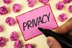 Tekstteken die Privacy tonen Conceptueel fotorecht persoonlijke die kwesties en informatie als geheim te houden door de Mens word royalty-vrije stock fotografie