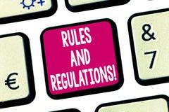 Tekstteken die Regels en Verordeningen tonen Conceptuele te volgen fotorichtlijnen wanneer het binnengaan in een transactietoetse royalty-vrije stock foto's