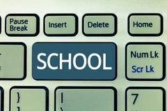 Tekstteken die School tonen Conceptuele foto om het even welke instelling die de instructie in het bijzonder discipline wordt geg stock foto