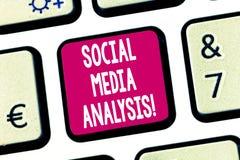 Tekstteken die Sociale Media Analyse tonen Conceptuele foto die en de sociale media sleutel van het gegevenstoetsenbord verzamele stock afbeelding