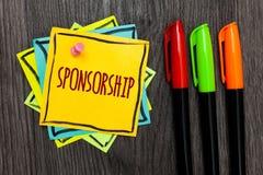 Tekstteken die Sponsoring tonen Conceptueel fotopersoon of bedrijf die financiële materiële steunhulp Drie markeerstiften F geven stock foto's