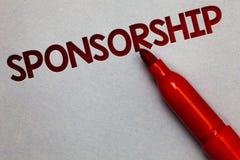Tekstteken die Sponsoring tonen Conceptueel fotopersoon of bedrijf die financiële materiële steunhulp Witboek lite gr. geven royalty-vrije stock afbeeldingen