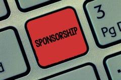 Tekstteken die Sponsoring tonen De conceptuele fotopositie van het zijn een sponsor geeft financiële steun voor activiteit royalty-vrije stock afbeeldingen