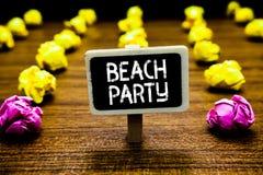 Tekstteken die Strandpartij tonen Het conceptuele foto kleine of grote die festival op overzeese kusten wordt gehouden die gewoon stock foto